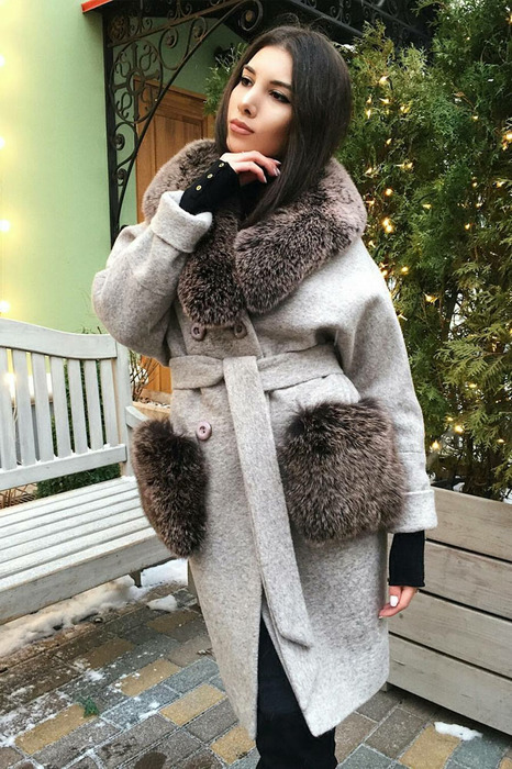 Модное пальто с меховыми карманами